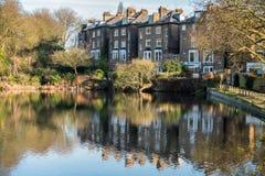 HAMPSTEAD, LONDON/UK - 27 DE DEZEMBRO: Fileira das casas por um lago em fotografia de stock royalty free