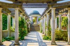 Hampstead-Pergola und Hügel-Garten Stockfotos