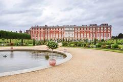 Hampton Court Palace i London Royaltyfri Bild