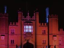 Hampton Court Palace iluminado na noite em Hampton Court, Londres, Reino Unido imagem de stock