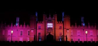 Hampton Court Palace iluminado na noite em Hampton Court, Londres, Reino Unido imagens de stock royalty free