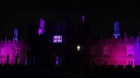 Hampton Court Palace iluminado por noche en Hampton Court, Londres, Reino Unido fotos de archivo