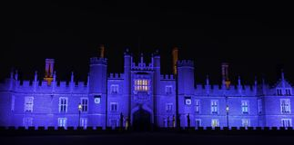 Hampton Court Palace lumineux par nuit en Hampton Court, Londres, Royaume-Uni photo stock