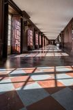 Hampton Court Palace met Tuinen stock foto's