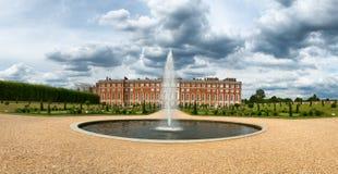 Hampton Court Palace och springbrunn på invigda trädgårdar Royaltyfri Bild