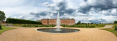 Hampton Court Palace och springbrunn på invigda trädgårdar Royaltyfria Bilder