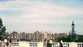 Hampton Court Palace Tourists archivistique banque de vidéos