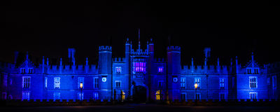 Hampton Court Palace vid natt Royaltyfri Fotografi
