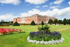 Hampton Court-Palast an einem sonnigen Tag Stockbilder
