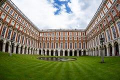 Hampton Court am Sommertag Lizenzfreie Stockbilder