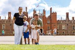 Hampton Court w letnim dniu Zdjęcie Royalty Free