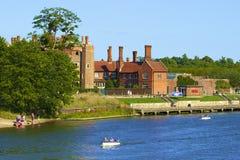 Hampton Court y el río Támesis Imagen de archivo libre de regalías