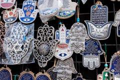 Hamsa con la vendita di benedizione domestica a Carmel Market, mercato popolare a Tel Aviv l'israele fotografia stock libera da diritti
