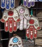 Hamsa met Chai-symbool - het Leven verkoop in Carmel Market, populaire markt in Tel Aviv stock afbeeldingen