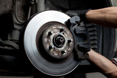 hamulcowa samochodowego mechanika ochraniaczów naprawa Zdjęcia Stock