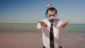 han aff?rsmannen p? bakgrunden av ett h?rligt hav i en maskering och en snorkel imiterar simning arkivfilmer