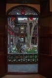Han arbeta i trädgården i Yangzhou, Kina som ses till och med en dörröppning Royaltyfri Bild
