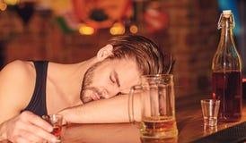 Han bör angås om hans vana Alkoholiserad man som sover på stångräknaren Mansömn, når att ha druckit den starka alkoholisten fotografering för bildbyråer