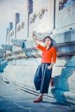 Han Baiyu Dragon Head na arquitetura antiga, menina no vestido vermelho fotografia de stock