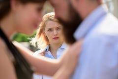 Han gör henne svartsjuk Svartsjuk kvinnablick på par som är förälskade på gatan Romantiska par av att datera för man och för kvin fotografering för bildbyråer