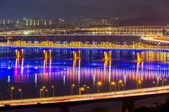 Han Gang i den Seoul staden på natten Arkivfoton