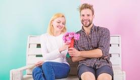 Han gissade hennes favorit- blomma Angenäm överraskning för dam blommar henne Mannen ger bukettblommor till flickvännen royaltyfria foton