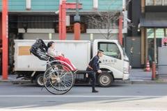 Han kvinnliga kunder för vagnsrickshawrörelse satt unik kultur i Japan royaltyfri fotografi