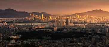 Han River och solnedgång i den Seoul staden Arkivbild