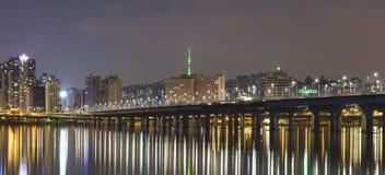 Han River Seoul stad med det seoul tornet arkivbilder