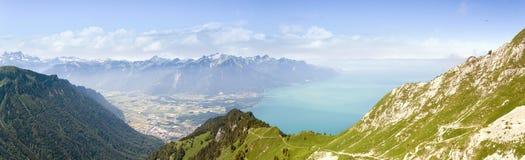 Han Rochers de Naye är ett berg av de schweiziska fjällängarna som förbiser sjöGenève Royaltyfria Bilder