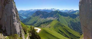 Han Rochers de Naye är ett berg av de schweiziska fjällängarna som förbiser sjöGenève Royaltyfri Fotografi