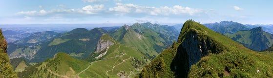 Han Rochers de Naye är ett berg av de schweiziska fjällängarna som förbiser sjöGenève Arkivbilder