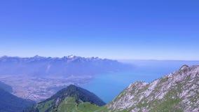 Han Rochers de Naye är ett berg av de schweiziska fjällängarna som förbiser sjöGenève stock video