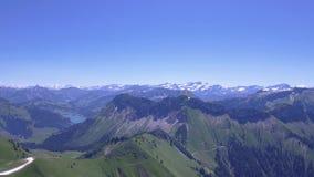 Han Rochers de Naye är ett berg av de schweiziska fjällängarna som förbiser sjöGenève arkivfilmer