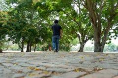 Han stod tillbaka, i mitt av naturen fotografering för bildbyråer