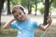 Han tycker om att lyssna till musik arkivfoto