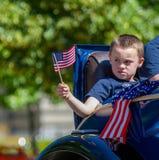 Han vinkar hans flagga i bilen Royaltyfria Foton