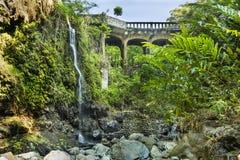 Hana Highway Bridge chez Waikuni supérieur tombe sur l'île de Maui dans la baie d'aubépine Images libres de droits