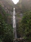 Hanakapiai spadki na NaPali wybrzeżu wzdłuż Kalalau śladu na Dżdżystym i Mglistym dniu na Kauai wyspie, Hawaje Obrazy Stock