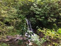 Hanakapiai strumień na NaPali wybrzeżu wzdłuż Kalalau śladu na Dżdżystym i Mglistym dniu na Kauai wyspie, Hawaje Fotografia Stock