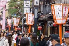 Hanami-Koji gata i Kyoto, Japan Arkivfoton