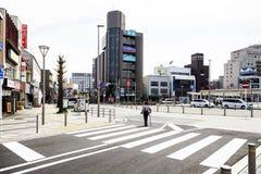 Hanazakicho-Zone, Narita-Metro-Station, japanisches Volk kreuzen die Kreuzungen Städtische Leute haben die strenge Disziplin, zum stockbilder