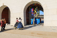 Hanbok d'uso turistico al posto di Gyeongbokgung Immagine Stock Libera da Diritti