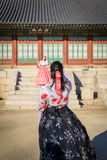 Hanbok d'uso turistico al posto di Gyeongbokgung Immagine Stock