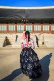 Hanbok d'uso turistico al posto di Gyeongbokgung Immagini Stock