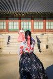 Hanbok d'uso turistico al posto di Gyeongbokgung Fotografie Stock Libere da Diritti