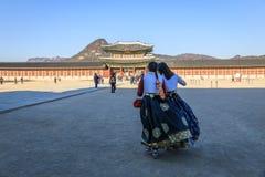 Hanbok d'uso turistico al posto di Gyeongbokgung Fotografia Stock Libera da Diritti