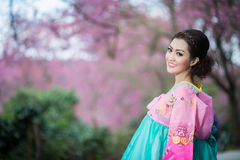Hanbok: das traditionelle koreanische Kleid und schönen asiatischen die Mädchen wi Lizenzfreies Stockfoto