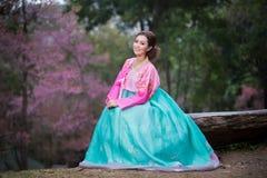 Hanbok: den traditionella koreanska klänningen och de härliga asiatiska flickawina Royaltyfri Bild