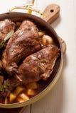 Hanche rôtie de lapin dans la casserole avec les herbes fraîches photos stock